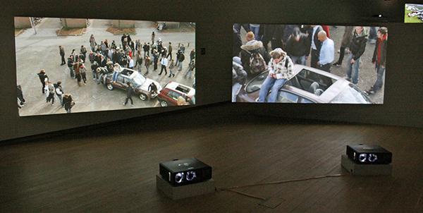 Aernout Mik - Schoolyard - Tweekanaals videoinstallatie zonder geluid