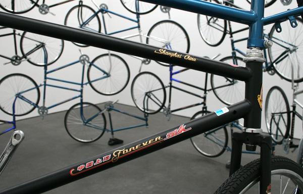 Ai Weiwei - Forever - 42 fietsen van het Chinese Forever merk (detail)