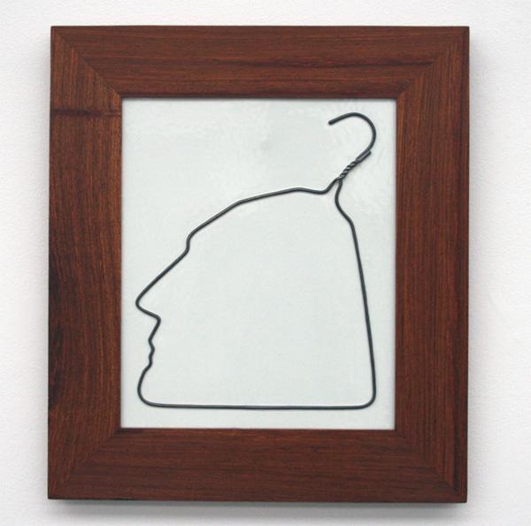 Ai Weiwei - Hangiende Man in Porselein - porselein in huang houten lijst