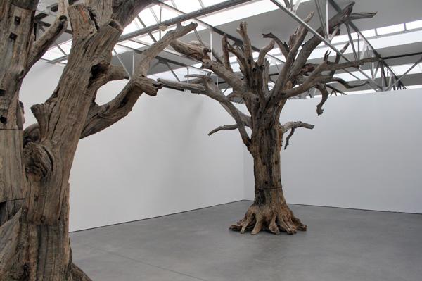 Ai Weiwei - Tree #2 - Stukken boom dat op Chinese wijze aan elkaar bevestigd is