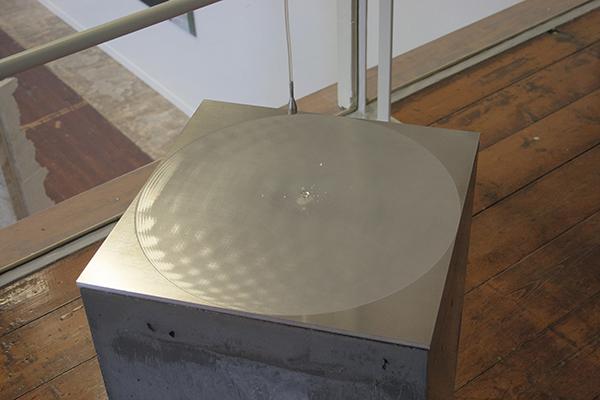 Andreas Greiner & Armin Keplinger - '.' - Beton, aluminium, gedestilleerd water, kookplaat 2013