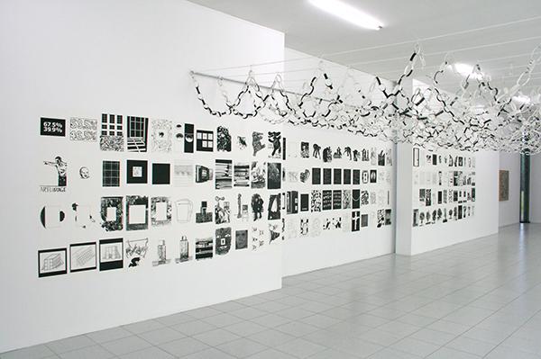 Art & Language - Portraits of a Dream III - 147 prints en 147 slingers Installatie
