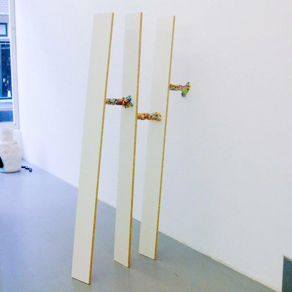 Bastien Adbry & Dimitri Broquard - Placeholder #2 - Spaanplaat en beschilderd en geglazuurd porselein
