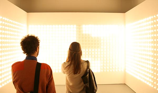 Carsten Holler - Light Corner - Hout. aluminium en lampen (die aan en uit flitsen)