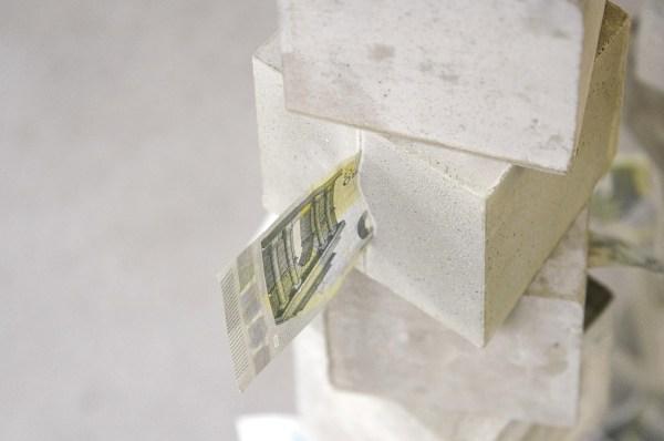 Daan den Houter - Vijf euro blok installatie - 10x10x10cm 20 blokken beton en briefjes van €5,- (detail)
