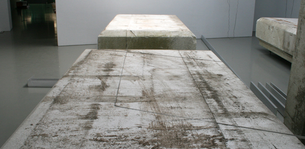 David Jablonowski - Volume - 310x70x171cm Piepschuim, gips, aluminium, offsetplaat en plexiglas
