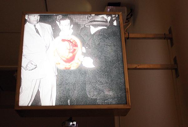 Dick Verdult - Li Arbey Oswal - 100x35x130cm Tweezijdige lichtbox met twee afbeeldingen (Harvey Lee Oswald aan de ene zijde en iemand van Abu-Ghraib gevangenis