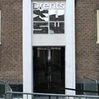 """""""Dit is het Nederland dat iedereen kent en verafschuwt."""" Zo typeerde DomeniekRuyters het werk van Thijs Jansen (1986). Dit is het Nederland van de grauwe achterbuurten, Henk en Ingrid. Nihilistisch, […]"""