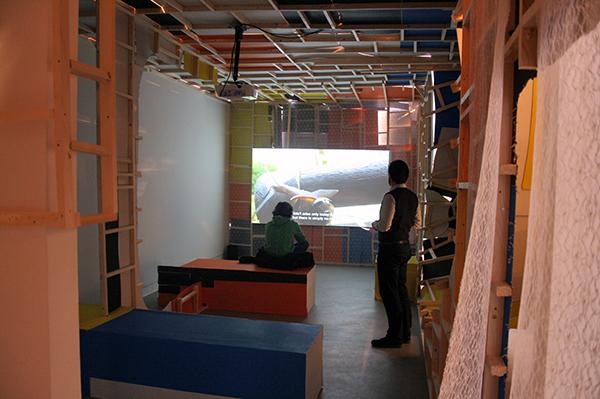 Erik van Lieshout - Janus - 51minten Installatie van hout en video