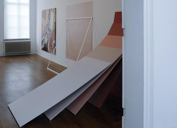 Griet Moors - Laid Bare Yesterday - 750x235x350cm Acrylverf op doek, muurschildering, houten frame en beschilderde mdf-panelen