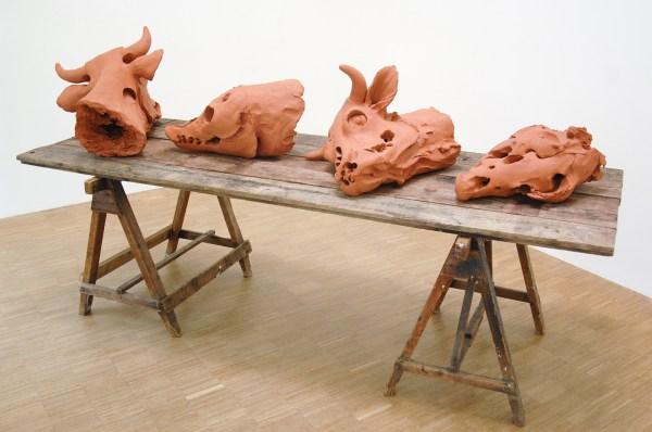 Guido Geelen - Zonder Titel (Vier dierschedels op tafel) RK 015 - Klei en tafel