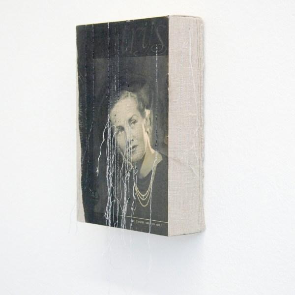 Hinke Schreuders - Works on paper #47 - Garen, kralen en papier op doek