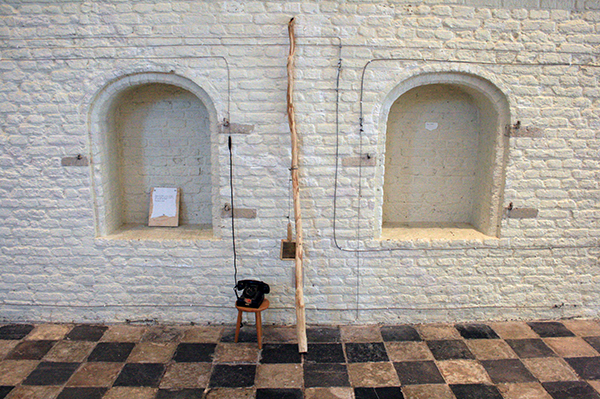 Jimmie Durham - Centre of the World - Mixed Media site specific installatie
