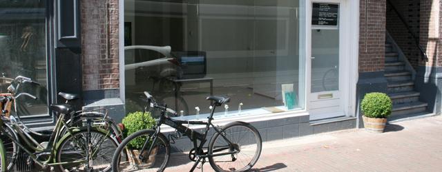 In de zomer hebben veel mensen vakantie, veel galeriehouders dus ook. Jeanine Hofland blijft nog een poosje in Amsterdam en doet een groepstentoonstelling uit haar eigen stal. Meeste groepstentoonstellingen rond […]