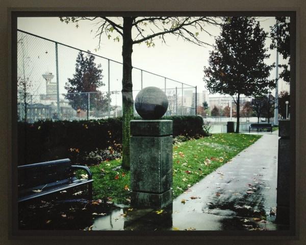 Jeff Wall - Concrete Ball - Dia in lichtbak 2002