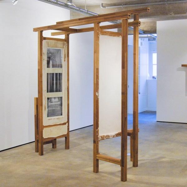 Jonas Wijtenburg - To Be Titled (Portal) - 278x256x113cm Iroko, roestvrij staal en foto's