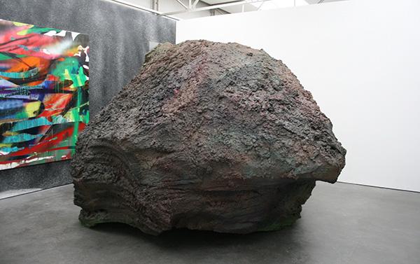 Katharina Grosse - Zonder TItel & Aarde - Acrylverf op doek & Styrofoam, aarde en acrylverf 2013