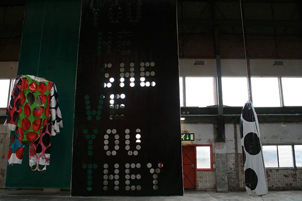 Klaas Kloosterboer - 13101 (carrousel) -  Installatie (met 00121 & 00319 (Big Suit) - Lakverf op linnen)