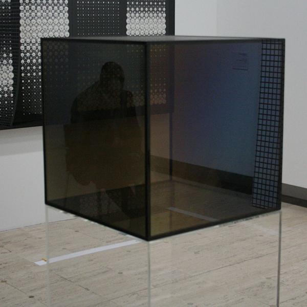 Larry Nell - Cube - Getint glas door middel van metaaldeeltjes