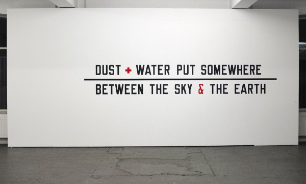 Lawrence Weiner - DUST + WATER PUT SOMEHWERE , BETWEEN THE SKY & EARTH, - Plakletters