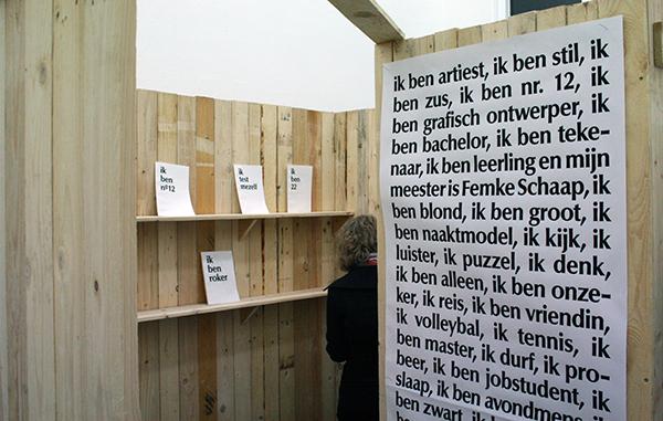 Lien Vervoort - Zonder Titel - Installatie, hout, boeken en tekst