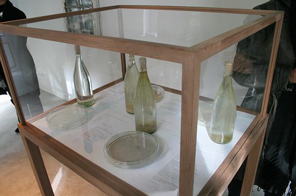 Loek Grootjans - Storage for Distorted Matter (Case Vincent van Gogh) - Vitrine met flessen en papier