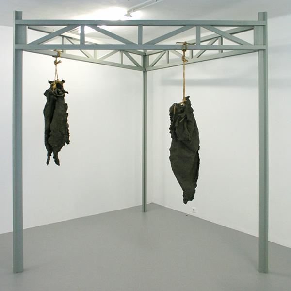 Maartje Korstanje - Untitled - Gebakken klei, touw en houten stellage
