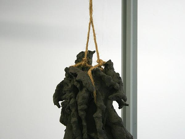 Maartje Korstanje - Untitled - Gebakken klei, touw en houten stellage    (detail)