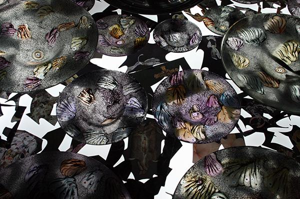Marc Mulders - Roosvenster installtie - Glas en emailleverf, collage knipself op gehard glas en licht (detail)