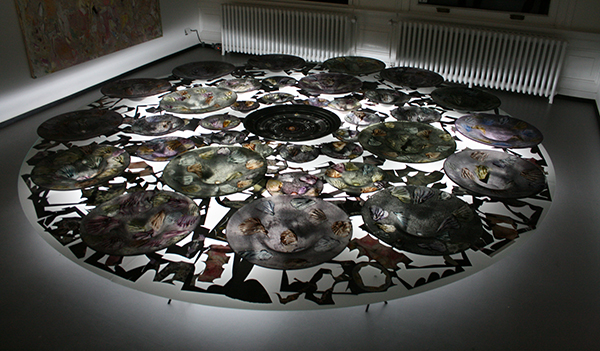 Marc Mulders - Roosvenster installtie - Glas en emailleverf, collage knipself op gehard glas en licht