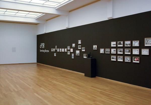 Marcel van Eeden - Sammlung Boryna - Installatie van 66 werken op papier en 2 sculpturen (overzicht links)