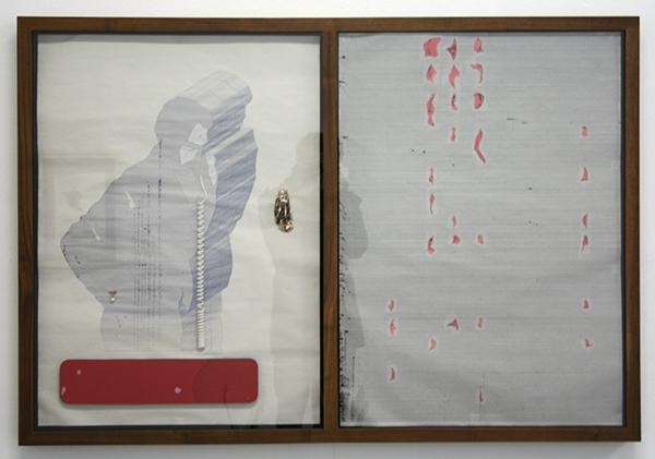 Martin Westwood - Extrusion 20, Still Inter Lace - Bevlekte Polssteun, Oesterschelp, manchetteknoop met parel en kristal, telefoonkabel, DC stripboekspieren, balpen, hosui papier, courant papier en viltgevoerde walnoothouten lijst