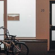 Janis Rafa (1984)laat bij haar tentoonstelling slechts een handvol werken zien, waarvan twee twee-luiken. Het eerste werk is een bak met tuinaarde, het tweede een flinke hoeveelheid kogelhulzen, het derde […]