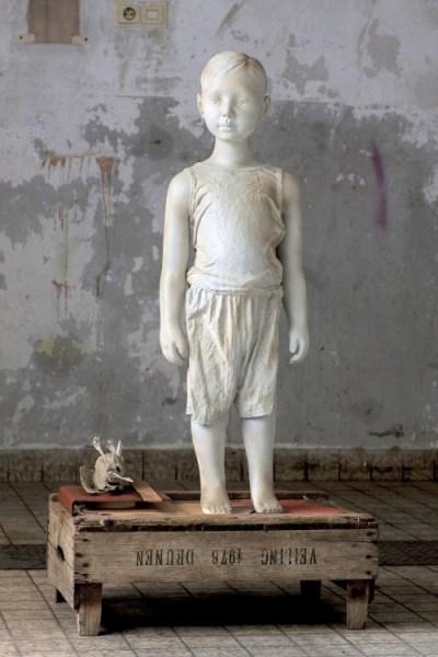 Mayke Verhoeven - Dat er blijkbaar iets bewaard is daar dat verder gaat dan alleen die jongen daar - 61x42x114cm Gips, stof, verf, telefoonboek en opgezette vogel