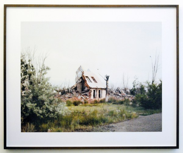 Nadav Kander - Kurchatov II (Slumped House), Kazakhstan - 97x123cm Chromo kleuren print