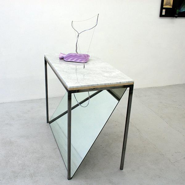 Navid Nuur - Wiki Table - 112x56x146cm Metaal, marmer, magneet, spiegel, kruik, vitamine D, aluminium draad en hoepel (?)