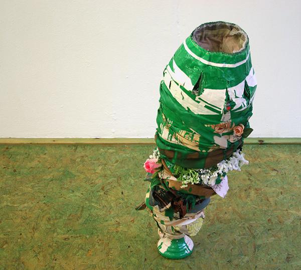 Niels Broszat - Een groene vaas - 90x46x41cm Papier mache, lappen, draad, emaillak, terracotta voet, siersteentjes, ijzerstaafjes