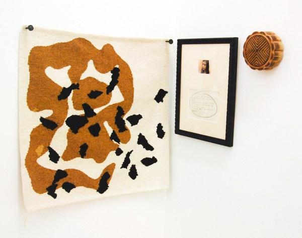 Oscar Enberg - Cut No 10 or Arrcord to the Laws of Cance - 100x60x15cm Handgekleurd linnen tapijt, ijzeren spijkers, gesneden kauri hout, bijts, was, ingelijste digitale print en inkt op papier in passe partout