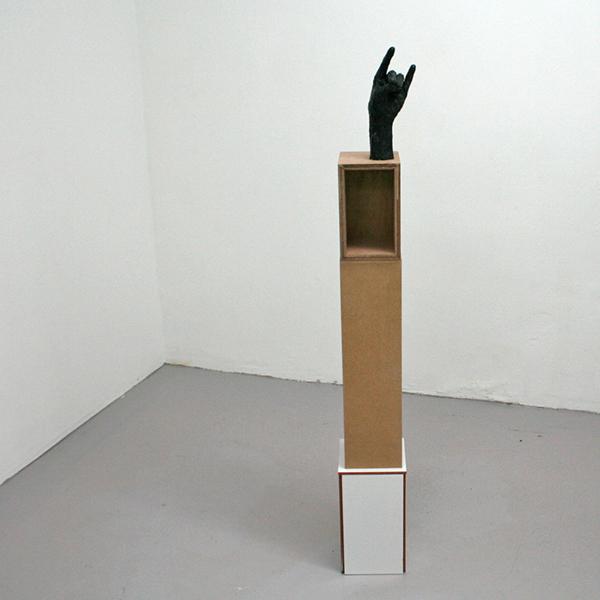 Paulien Follings - Shadow Itself - 150x20x20cm Gips, spuitbus, tegels en hout