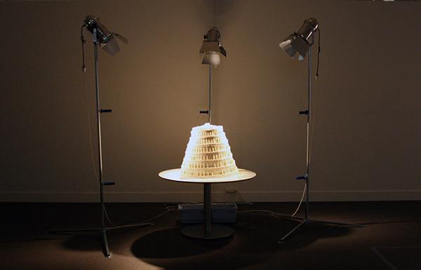 Raul Ortega Ayala - Babel Fat Tower - Vet, botten, licht en tafel