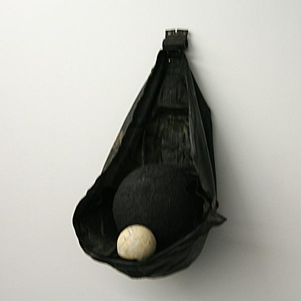 Ricardo Brey - All States of Mind - 115x70x55cm Rubber, was, struisvogeleieren, vulkanische steen en zwarte emulsie