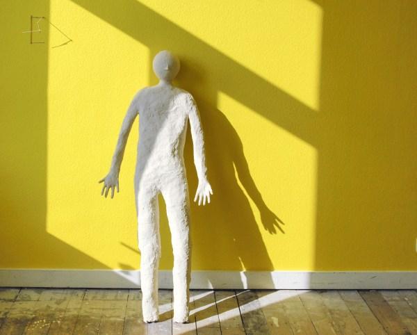Rodrigo Hernandez - Untitled - Hout en plakband & Figure - Gips, papier en cement