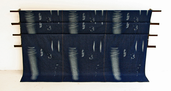 Ruben Grilo - Pattern Free, Ripped from Zara (Indigo Version I) - Laserwashed en gescheurde jeans patronen van Zara en een metalen frame