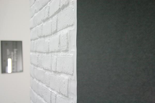 Sarah & Charles - The Storage - PVC wanden, tapijt, neonverlichting, statieven (detail)
