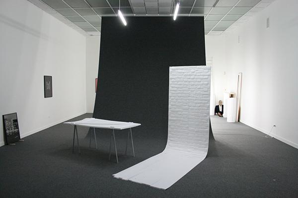 Sarah & Charles - The Storage - PVC wanden, tapijt, neonverlichting, statieven