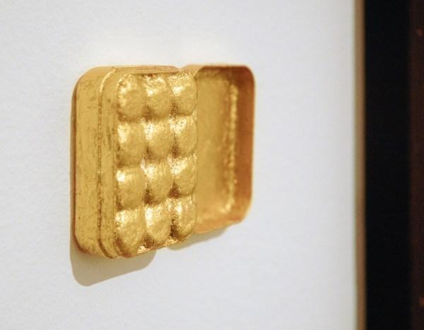 Sarah van Sonsbeeck - Mistakes I've Made - 50x80cm & 9x8cm Bladgoud op faradayverf op doek en oordopjes met bladgoud (detail)