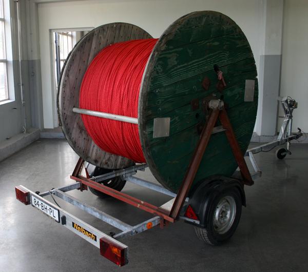 Scarlett Hooft Graafland - De Rode Molen-project - Aanhangwagen met 5768 meter speciaal gefabriceerd rood touw