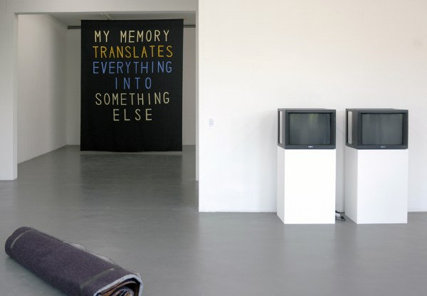 Sharon Hayes - My Memory Translates Everything into Something Else - 330x420cm Polymeer & Pierre Bismuth - In prevention of technical malfuntion (Unplugged Bruce Nauman video work) - Niet aangesloten monitoren, DVD spelers en DVDs van Bruce Nauman