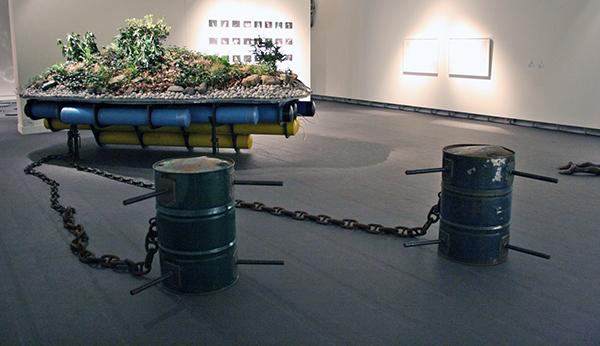 Simon Starling - Island for Weeds - Aarde, rododendrons, water, plastic, metaal, zelfregulerend druksysteem
