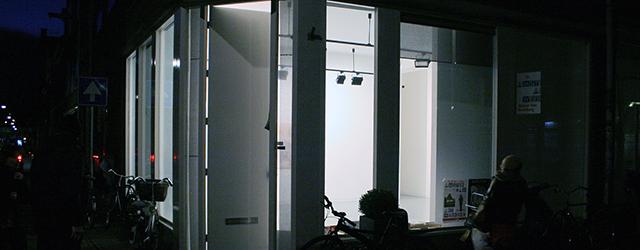 Aukje Koks (1977) speelde al eerder met illusie en waarheid (wat is een schilderij, wat is een fysiek object) maar met haar tweede solo bij Stigter van Doesburg stopt ze […]
